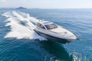 Geld investieren reich sein, Luxusyacht im Meer